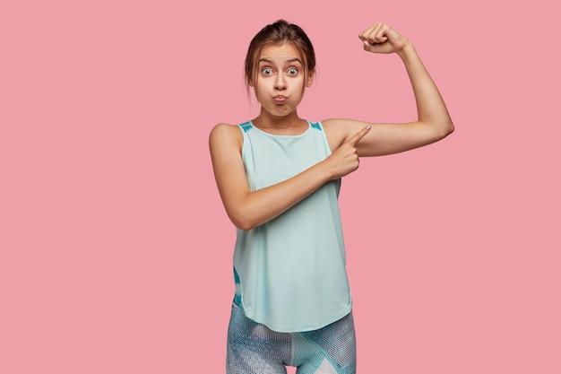 Koncepcja ludzi i motywacji. sportowa młoda kobieta wieje policzki