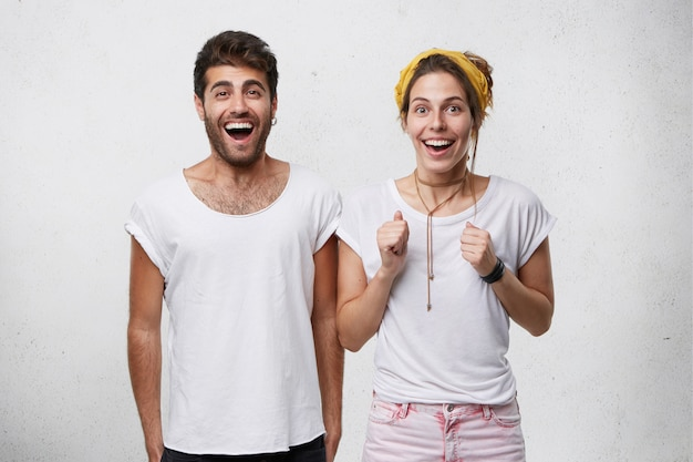 Koncepcja ludzi, relacji i stylu życia. zwycięstwo, sukces i osiągnięcia. szczęśliwa młoda europejska rodzina czuje się podekscytowana, wiwatująca, zdumiona i zaskoczona