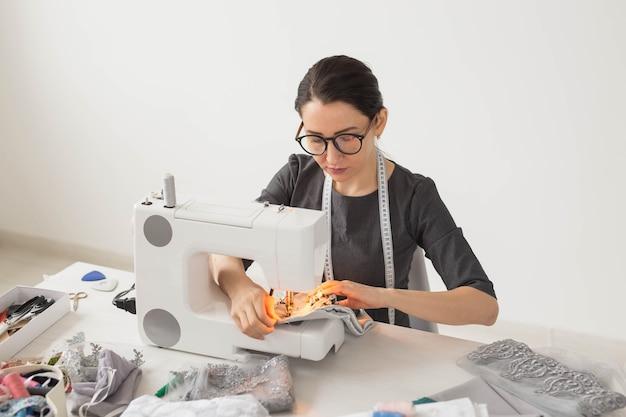 Koncepcja ludzie, krawiec i moda - młody projektant mody w swoim miejscu pracy.
