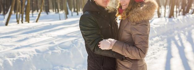 Koncepcja ludzie, sezon, miłość i wypoczynek - szczęśliwa para na zewnątrz w zimie.