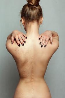 Koncepcja ludzie, zdrowie i styl życia - młoda ładna kobieta portret. przed i po zabiegu kosmetycznym lub plastycznym, operacji, terapii przeciwstarzeniowej. zbliżenie kobiecego ciała i rąk na klatce piersiowej