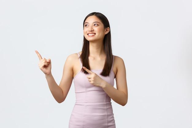 Koncepcja luksusowych kobiet, partii i wakacji. szczęśliwa uśmiechnięta azjatykcia kobieta w eleganckiej sukni wieczorowej
