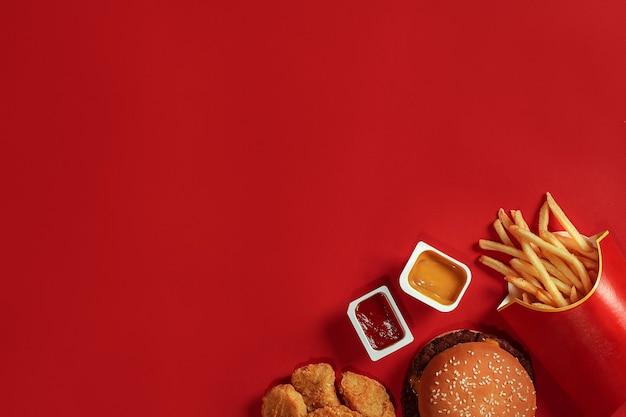 Koncepcja makiety sosu z ziemniaków burger na czerwonym tle miejsca na tekst i logo