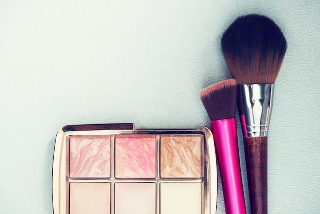 Koncepcja makijażu i urody. pędzle do makijażu z proszku na stole.