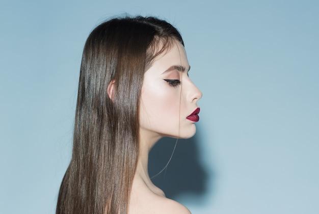 Koncepcja makijażu i wizażu dziewczyna na spokojnej twarzy z zamkniętymi oczami kopia przestrzeń kobieta ze stylowym makijażem