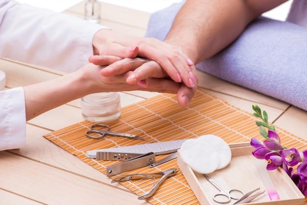 Koncepcja manicure dłoni dla człowieka
