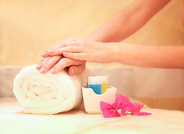 Koncepcja manicure pielęgnacja dłoni w spa piękne kobiece dłonie z doskonałym manicure w salonie kosmetycznym