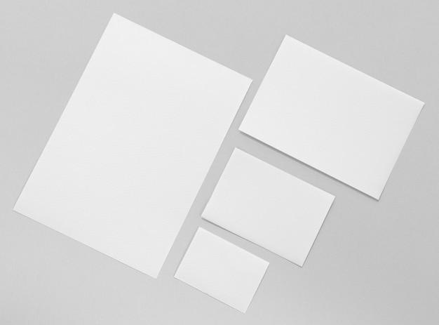 Koncepcja marki z kawałkami papieru