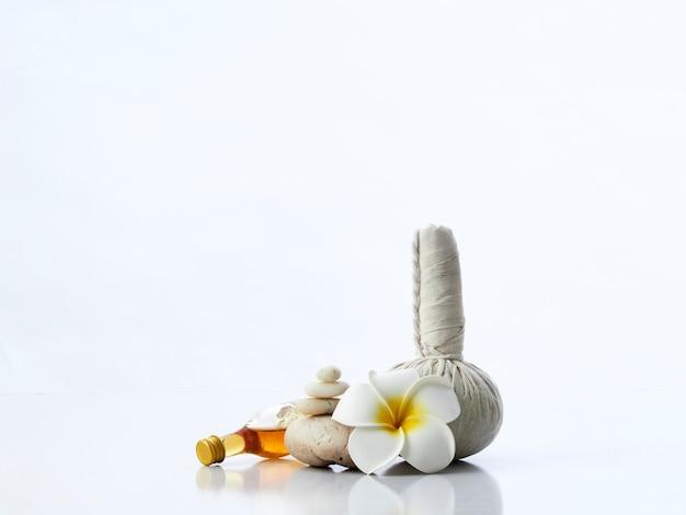 Koncepcja masaż spa, ziołowa piłka kompres