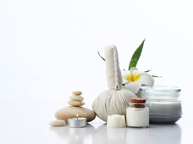 Koncepcja masażu spa, ziołowa piłka kompres, krem, mydło kwiatowe, świeca zapachowa