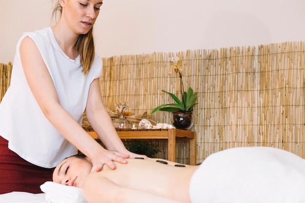 Koncepcja masażu z kamieni na powrót womans
