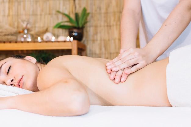 Koncepcja masażu z miłej kobiety