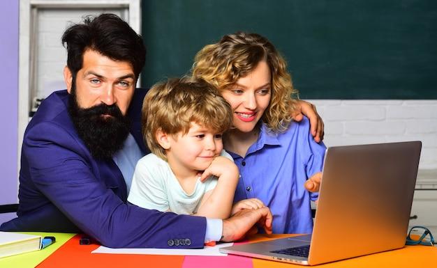 Koncepcja matematyki mały chłopiec gotowy do nauki uczeń uczący się liter i cyfr uczeń podstawówki