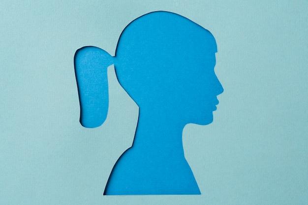 Koncepcja mediów społecznościowych z kształtem kobiety