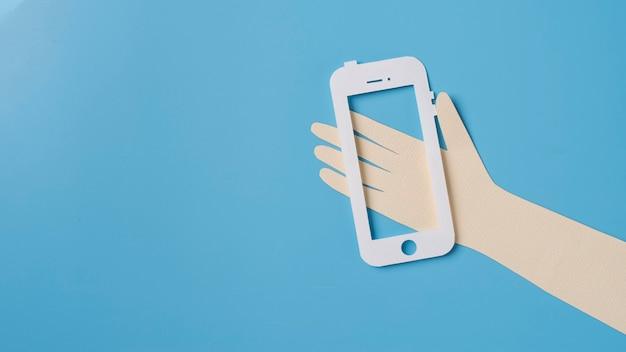 Koncepcja mediów społecznościowych z ręką trzymającą telefon