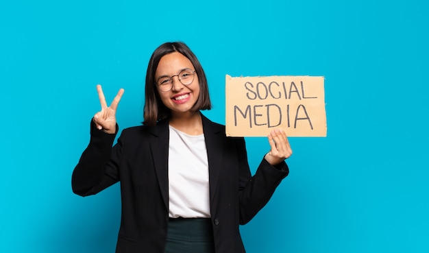 Koncepcja mediów społecznych młoda ładna kobieta interesu