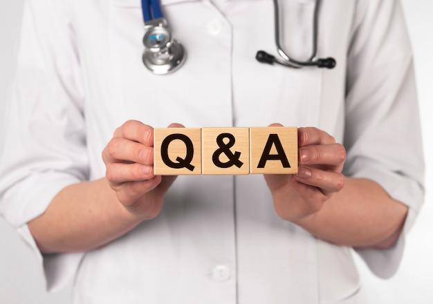 Koncepcja medycznych qa lub faq. pytania i odpowiedzi dotyczące zdrowia.