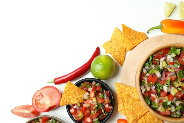 Koncepcja meksykańskiego jedzenia z pico de gallo na białym tle