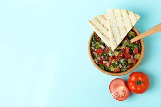 Koncepcja meksykańskiego jedzenia z pico de gallo na niebieskim tle