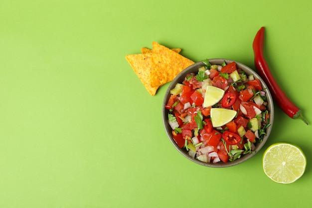 Koncepcja meksykańskiego jedzenia z pico de gallo na zielonym tle
