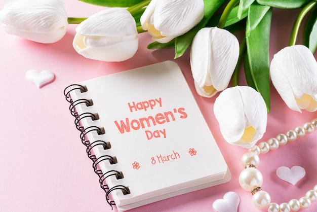 Koncepcja międzynarodowy dzień kobiet na różowym tle. widok z góry na płasko, 8 marca.