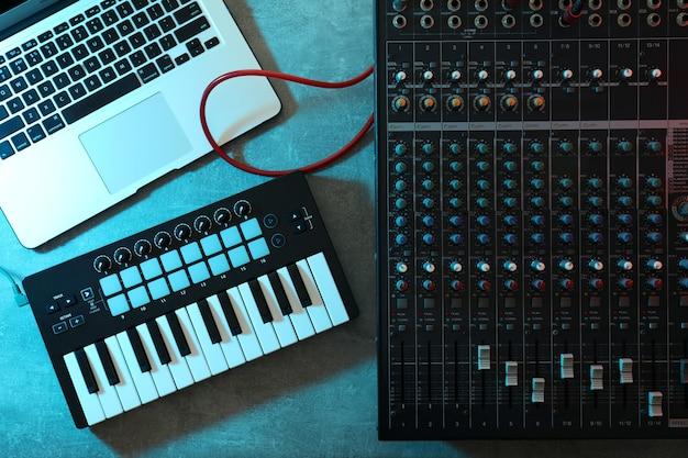 Koncepcja miejsca pracy producenta muzycznego na szarym teksturowanym stole