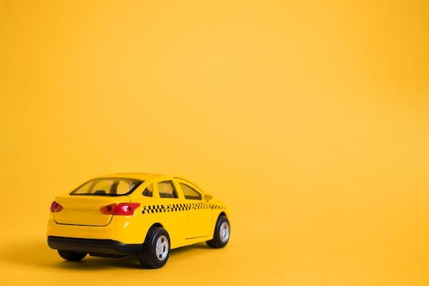 Koncepcja miejskiej taksówki i usługi dostawy. zabawka żółty model samochodu taxi