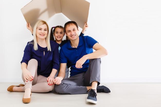 Koncepcja mieszkania młodej rodziny. matka ojciec i dzieci w nowym domu