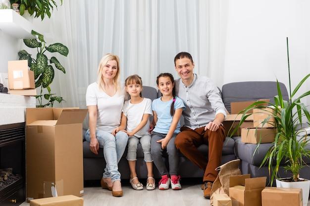 Koncepcja mieszkania młodej rodziny. matka, ojciec i dzieci w nowym domu