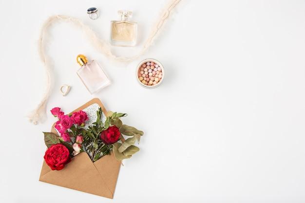 Koncepcja miłości lub walentynki. czerwone piękne róże w kopercie