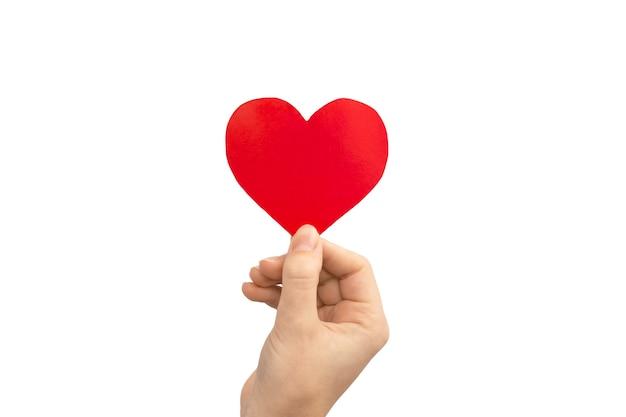 Koncepcja miłości. ręka trzyma czerwone serce na białym tle na białym tle. skopiuj zdjęcie miejsca