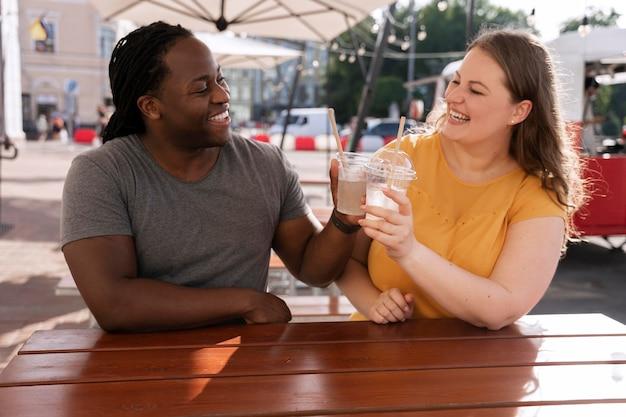 Koncepcja miłości z szczęśliwą parą spędzającą czas razem
