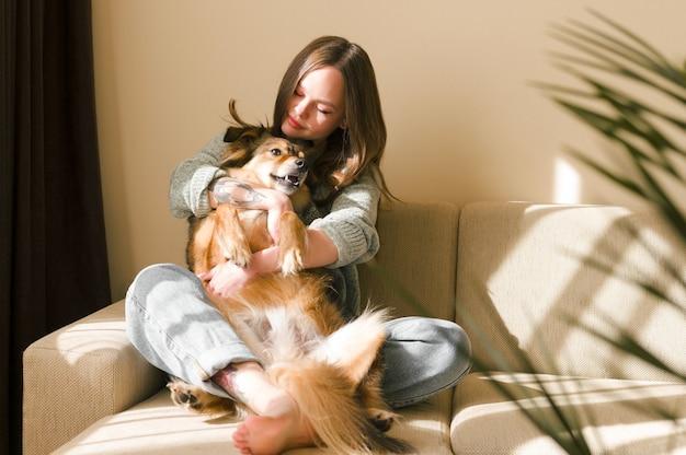 Koncepcja miłości zwierzęta domowe młoda kobieta przytulanie psa w domu