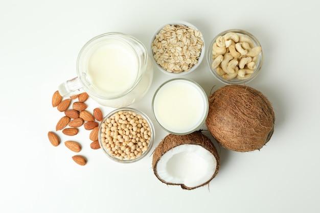 Koncepcja mleka wegańskiego na białym tle, widok z góry