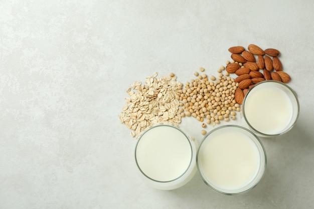 Koncepcja mleka wegańskiego na białym tle z teksturą