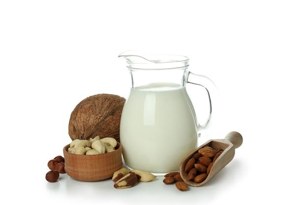 Koncepcja mleka wegańskiego na białym tle