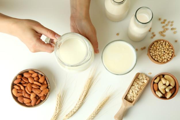 Koncepcja mleka wegańskiego na białym, widok z góry