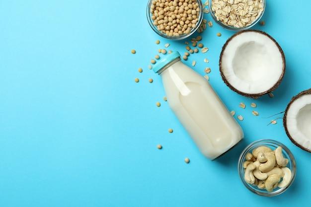 Koncepcja mleka wegańskiego na niebieskim tle, widok z góry