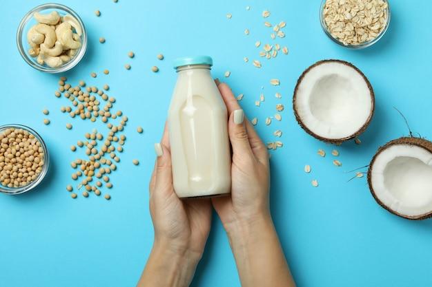 Koncepcja mleka wegańskiego na niebieskim, widoku z góry