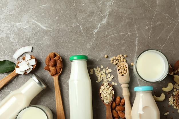 Koncepcja mleka wegańskiego na szarym widoku z góry