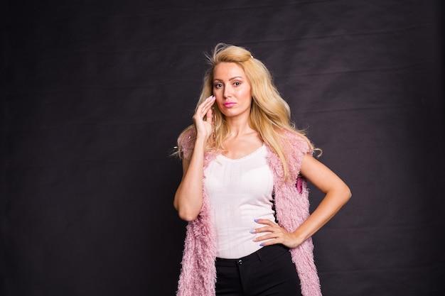 Koncepcja moda i ludzie - uroda blond kobieta model na czarnym tle z miejsca kopiowania.