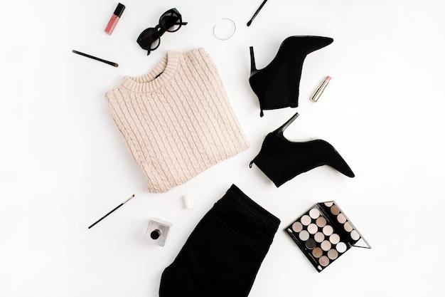 Koncepcja moda kobieta. sweter, dżinsy, buty, okulary przeciwsłoneczne, paleta, szminka