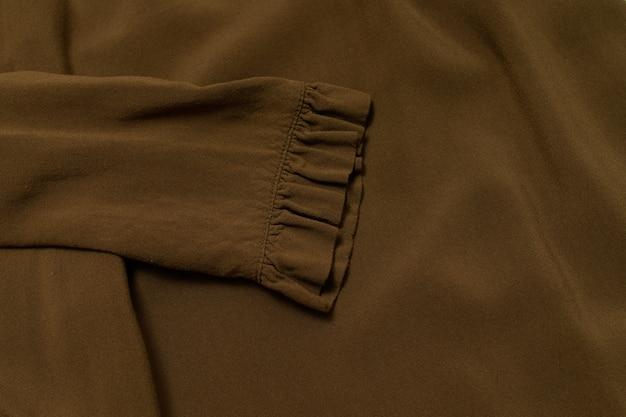 Koncepcja moda ubrania. bluzka w kolorze khaki. widok z góry