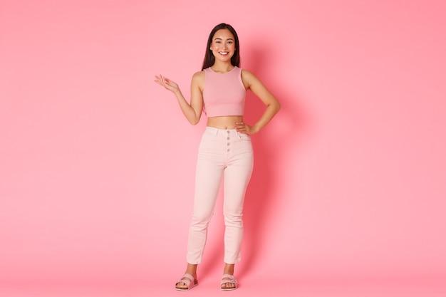 Koncepcja moda, uroda i styl życia. pełnometrażowy portret atrakcyjnej wysokiej azjatyckiej dziewczyny