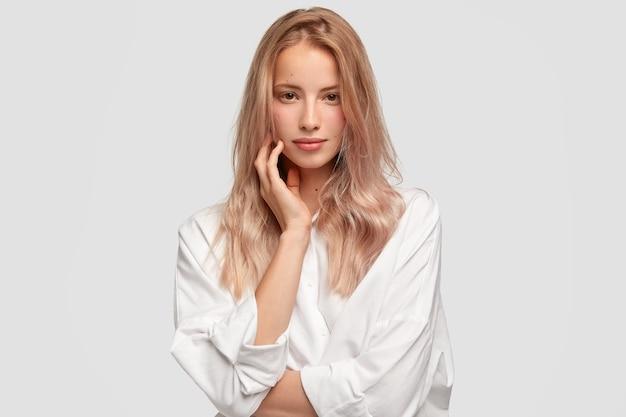 Koncepcja monochromatyczne i piękna. dobrze wyglądająca kobieta rasy białej o prostych włosach i czystej skórze