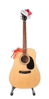 Koncepcja muzyki boże narodzenie. gitara z dekoracją, na białym tle