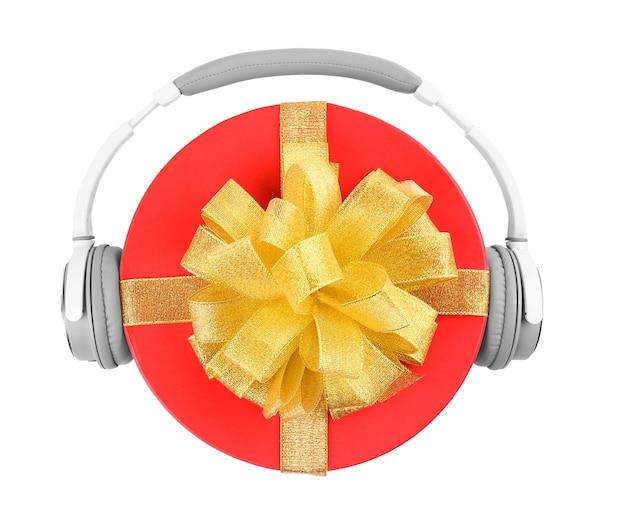Koncepcja muzyki boże narodzenie. prezent ze słuchawkami, na białym tle