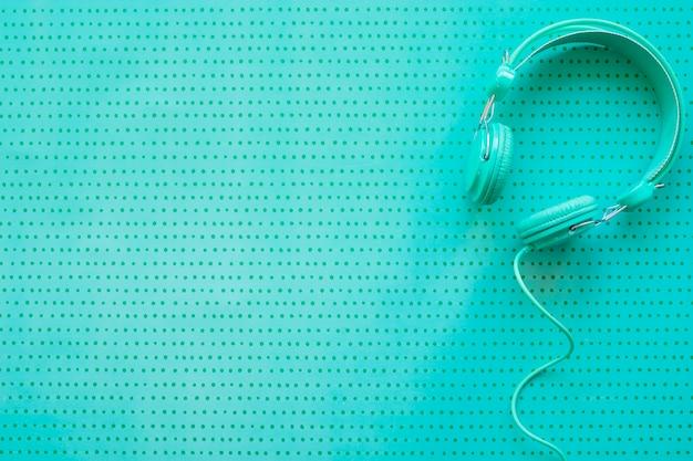 Koncepcja muzyki retro ze słuchawkami i przestrzeni kosmicznej