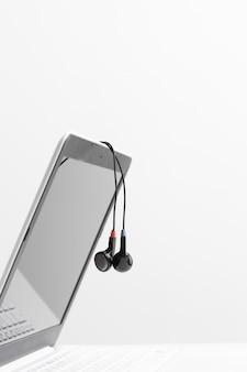 Koncepcja muzyki - słuchawki na laptopie