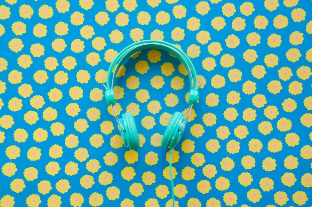 Koncepcja muzyki w stylu vintage z pojedynczymi słuchawkami